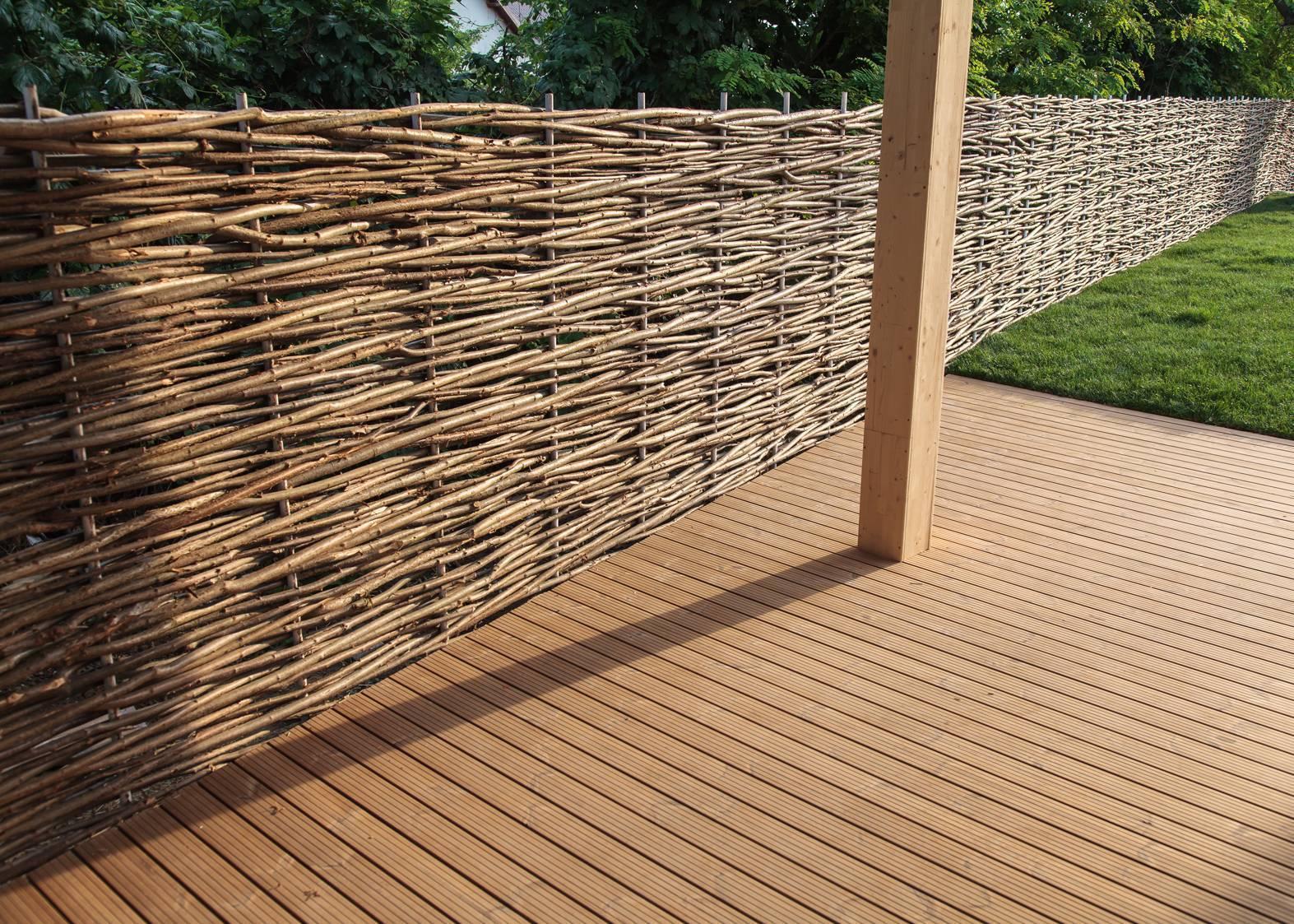 Плетеный забор: технология изготовления из природных и искусственных материалов