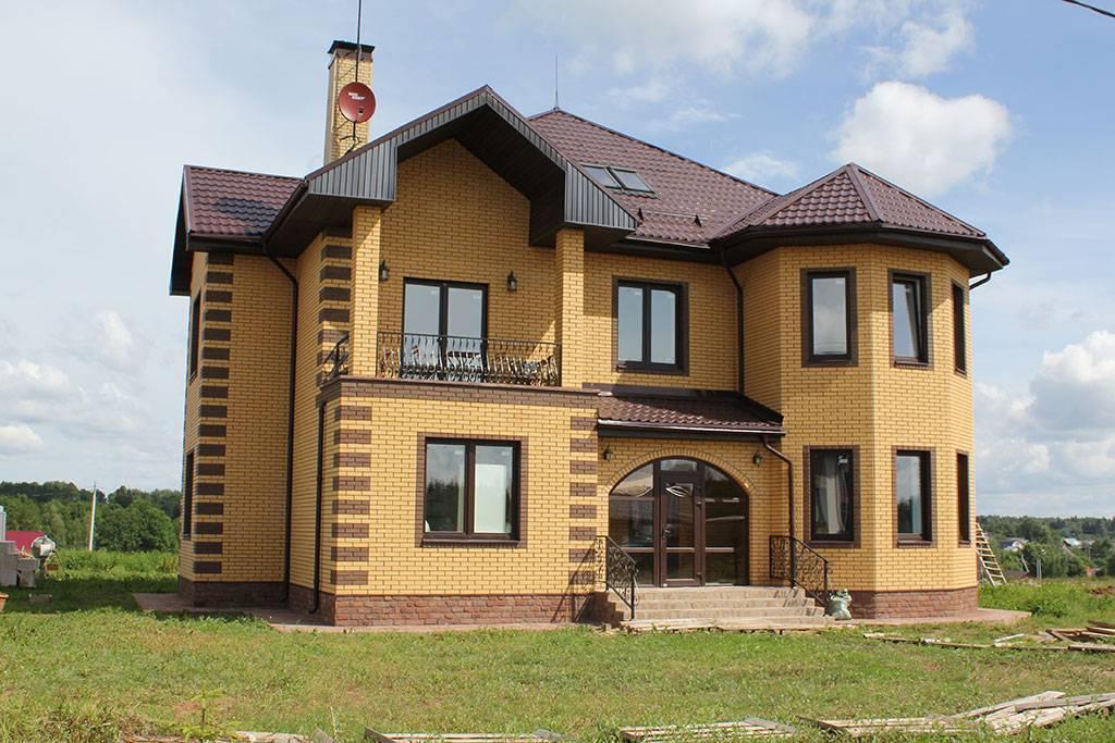 Кирпичные дома из желтого и коричневого кирпича, сочетание качества и красоты