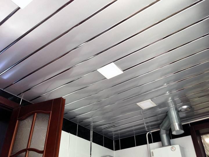 Монтаж реечного потолка в ванной комнате и стоимость панелей