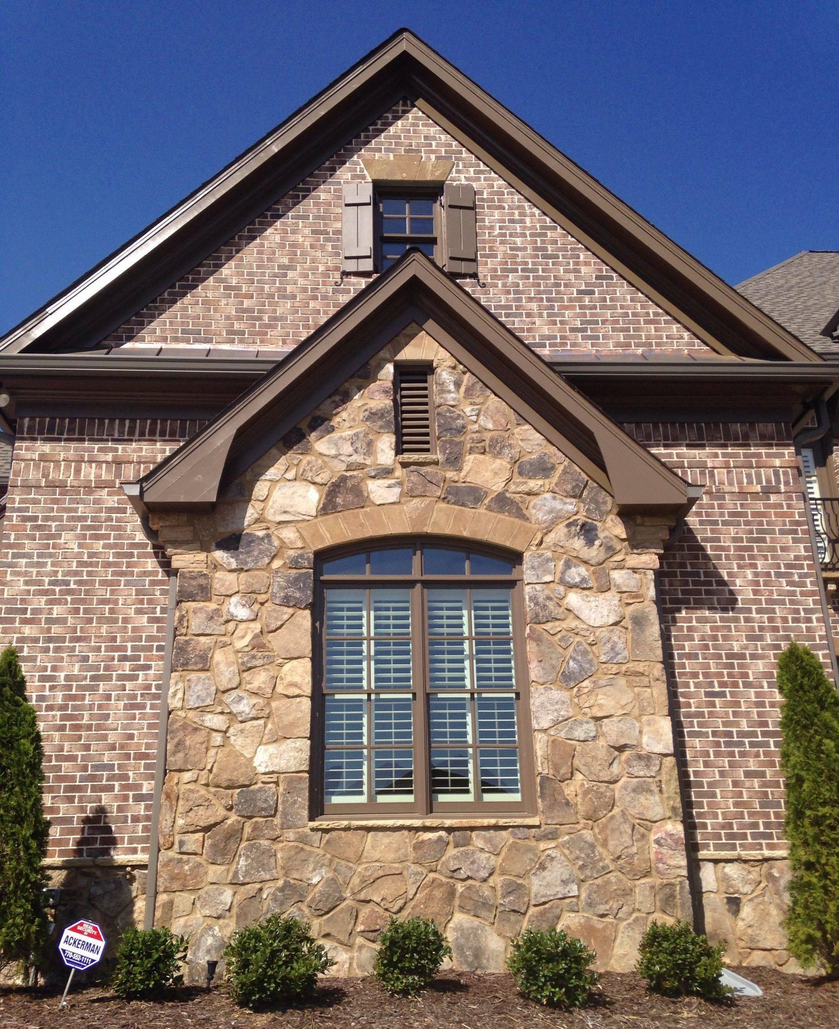 Натуральный камень для облицовки фасада загородного дома: виды и примеры работ