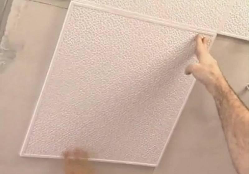 Варианты поклейки потолочной плитки на побелку
