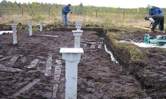 Какой фундамент сделать для дома на болотистой почве