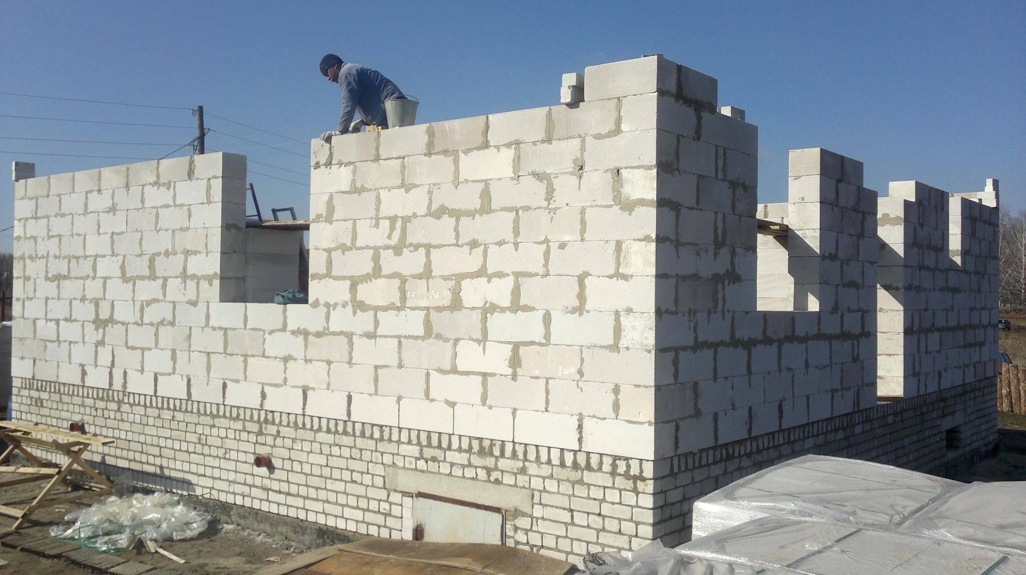 Дома из кирпича или газобетона: что лучше строить?