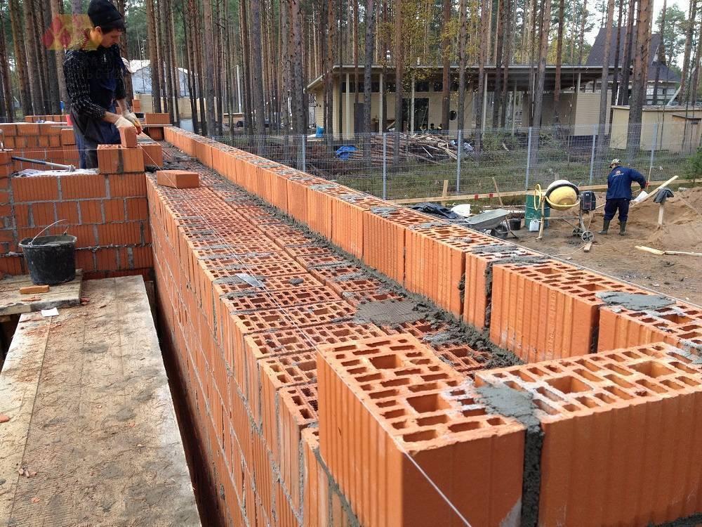 Кладка керамических блоков: какой толщины делать стены
