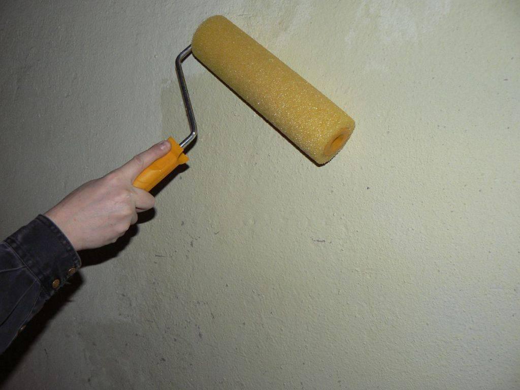 Как выбрать и правильно наносить грунтовку для потолка?