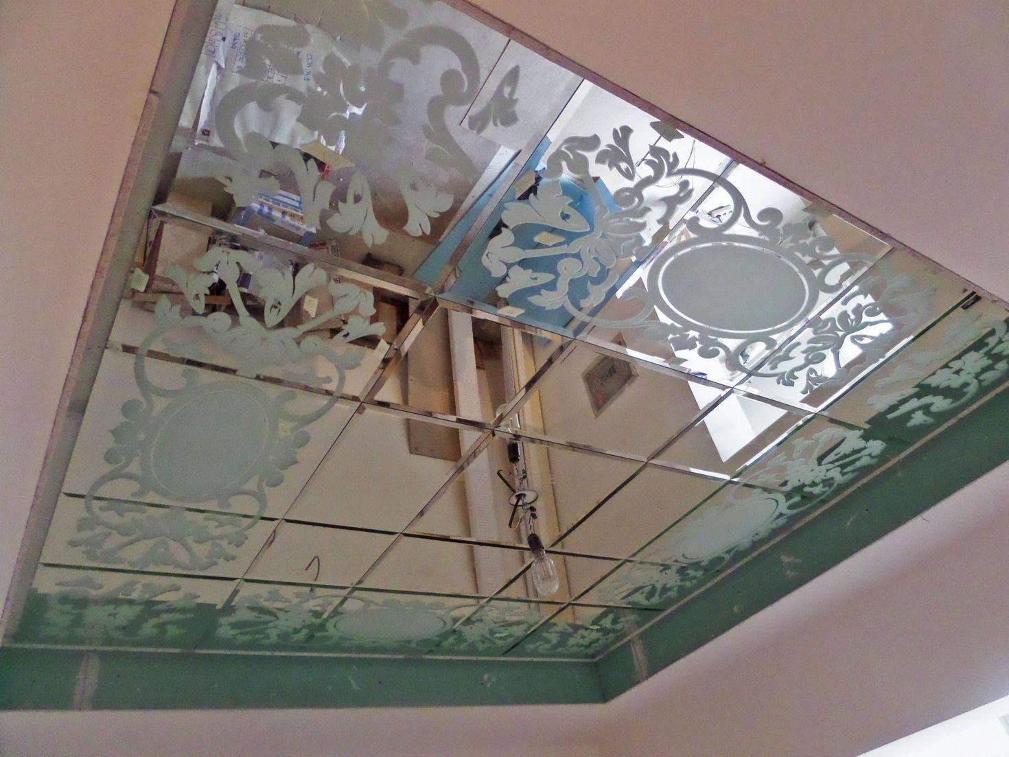 Делаем зеркальный потолок в ванной комнате своими руками