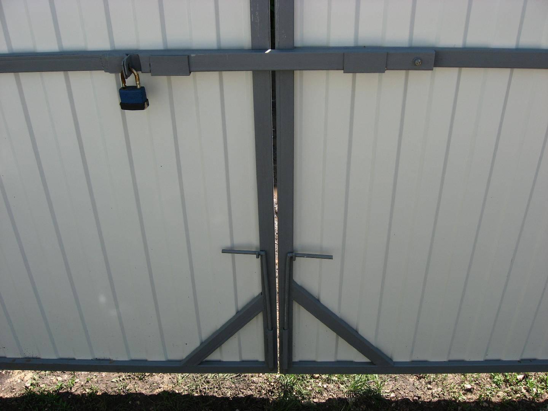 Простейшие конструкции задвижек на калитку для изготовления своими руками