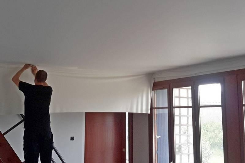 Демонтаж натяжного потолка. работы с гарпунным, кулачковым и клиновым креплением. как слить воду