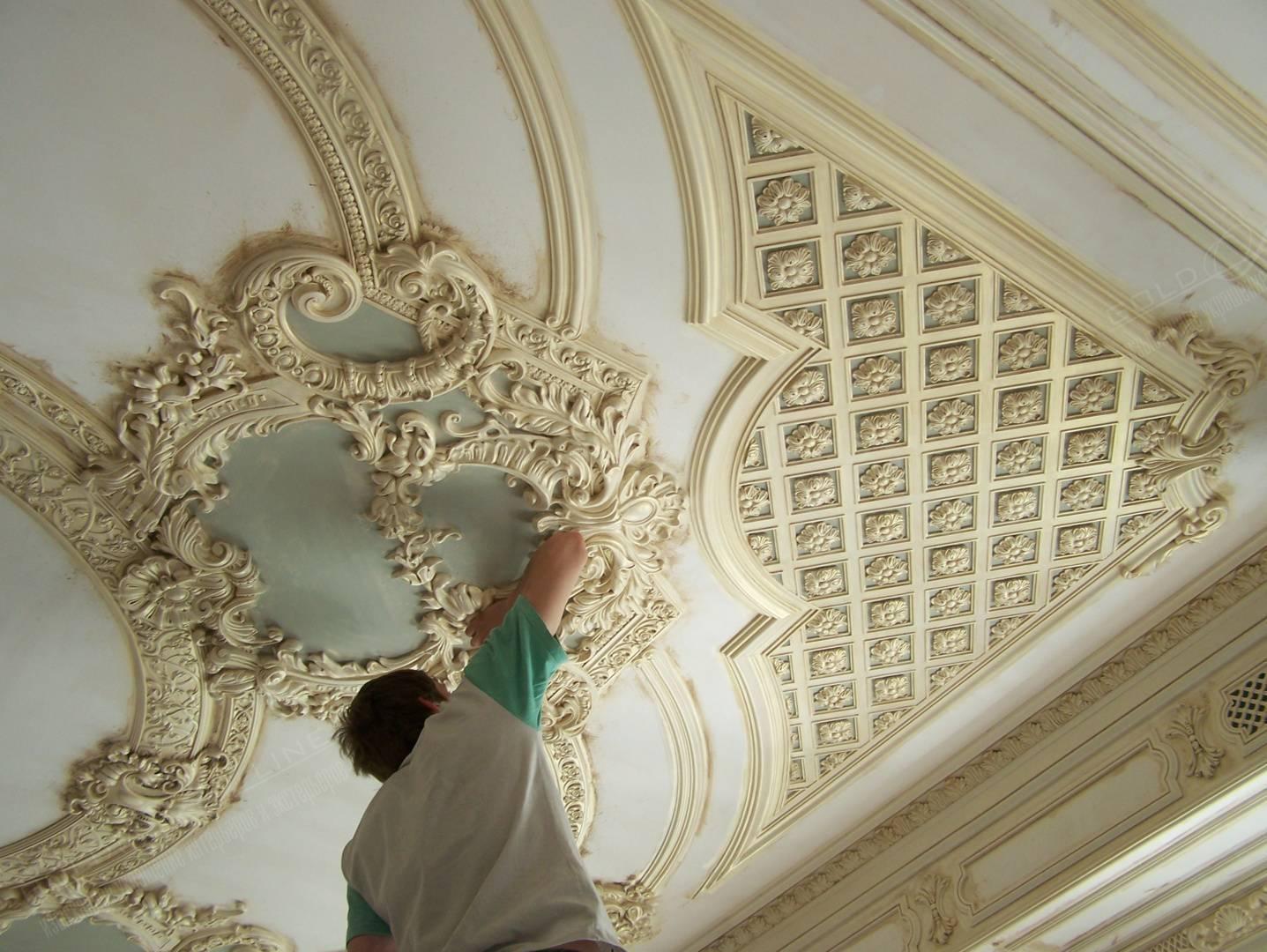 Лепнина на потолке из полиуретана своими руками: отделка плинтуса и дизайн, фото и видео инструкция