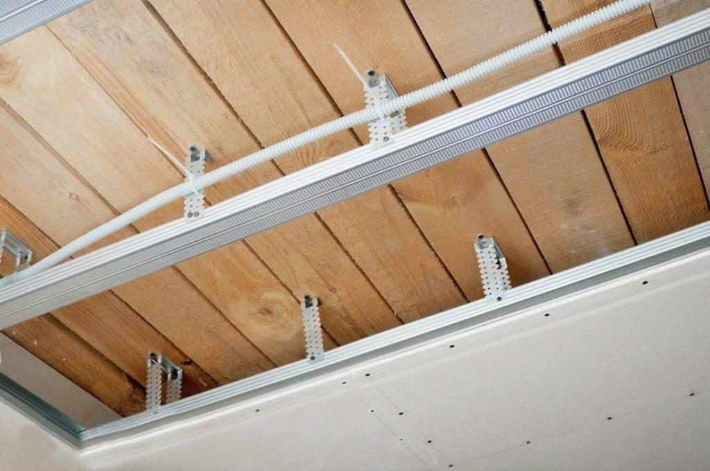 Отделка потолка в деревянном доме: варианты оформления - гипсокартоном, вагонкой, видео, инструкция, фото