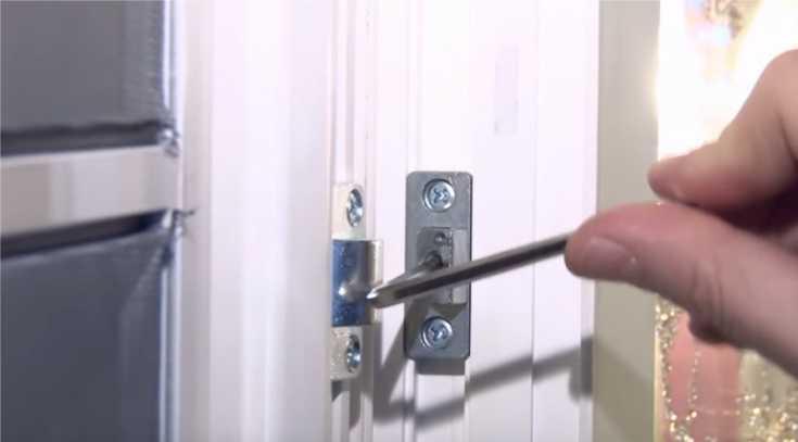 Провисла пластиковая дверь: как ее отрегулировать