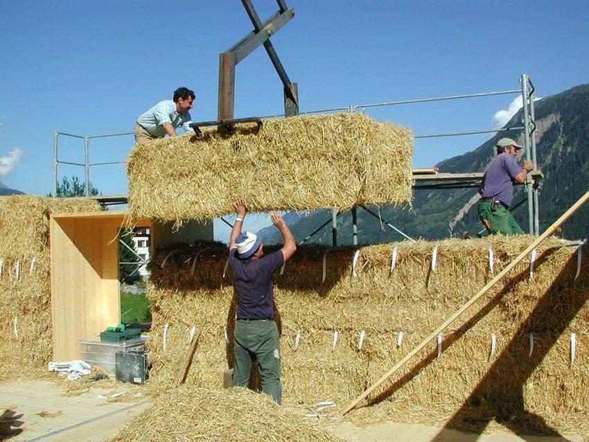 Дома из соломы: преимущества и недостатки, технология строительства