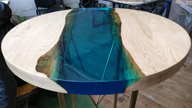 Стол из эпоксидной смолы - варианты комбинирования с натуральным деревом и стеклом