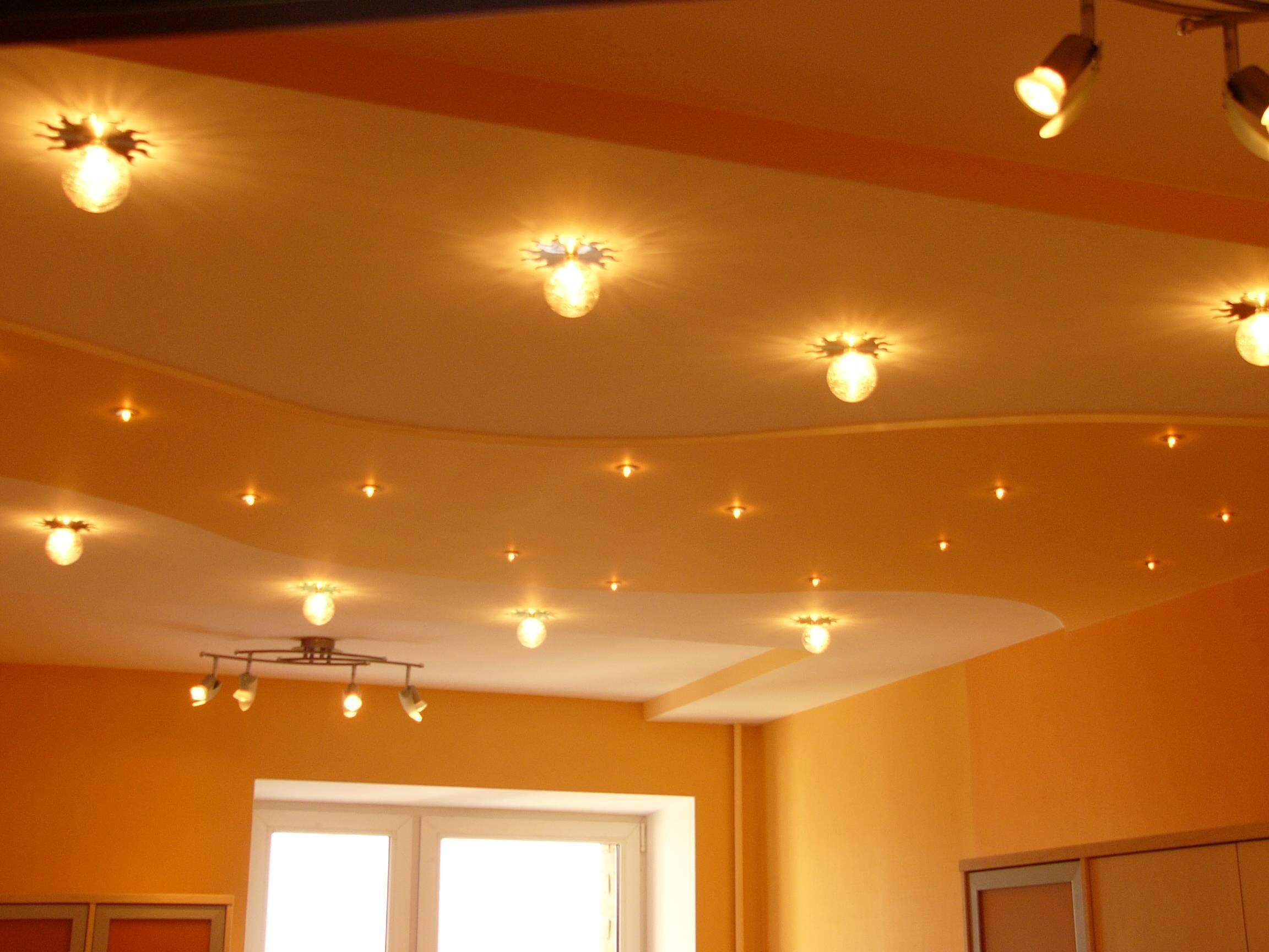 Как правильно разместить светильники на натяжном потолке?