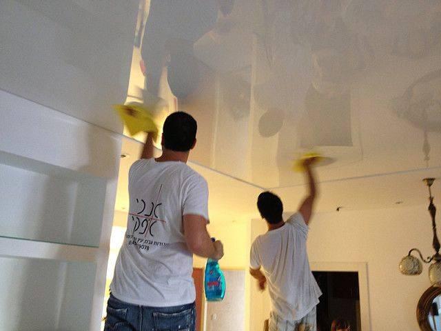 Как помыть натяжной потолок: глянцевый без разводов