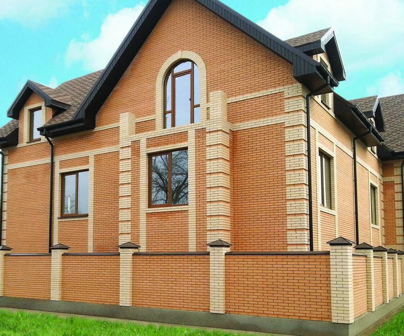 Дом из темного кирпича – 720 кв.м – проект с фасадами темно-коричневого цвета с белой отделкой вверху стен