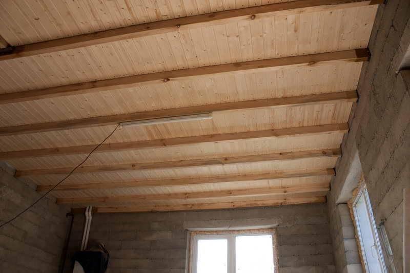 Как сделать потолок в деревянном доме — от монтажа до декоративной отделки