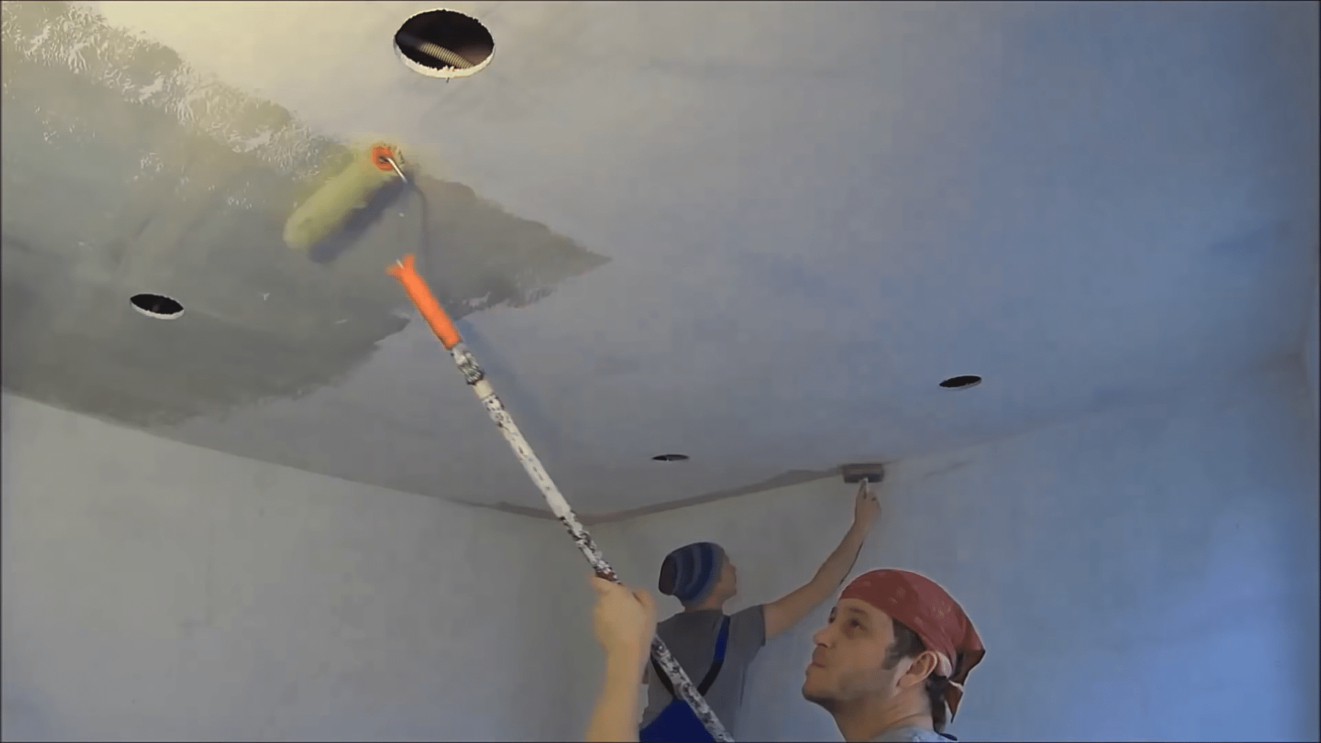 Как покрасить потолок из гипсокартона водоэмульсионной краской без разводов