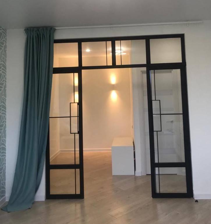 Смена планировки без перепланировки: стеклянные перегородки в квартире