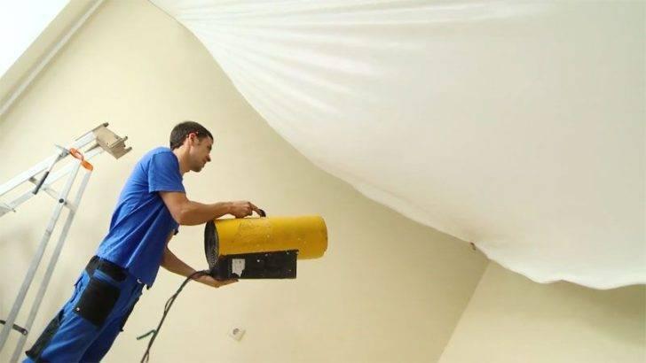 Самостоятельный слив воды с натяжного потолка и ремонт после залива