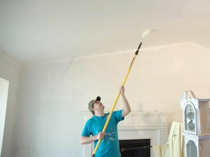 Как красить потолок валиком: хитрости покраски (видео)
