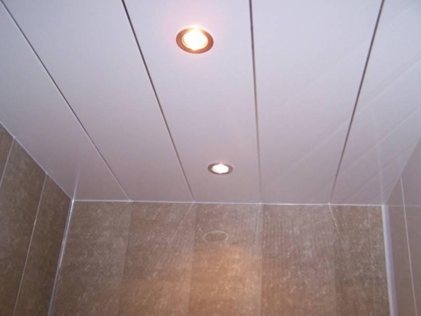 Потолок в туалете и ванной из пластиковых панелей и демонтаж своими руками