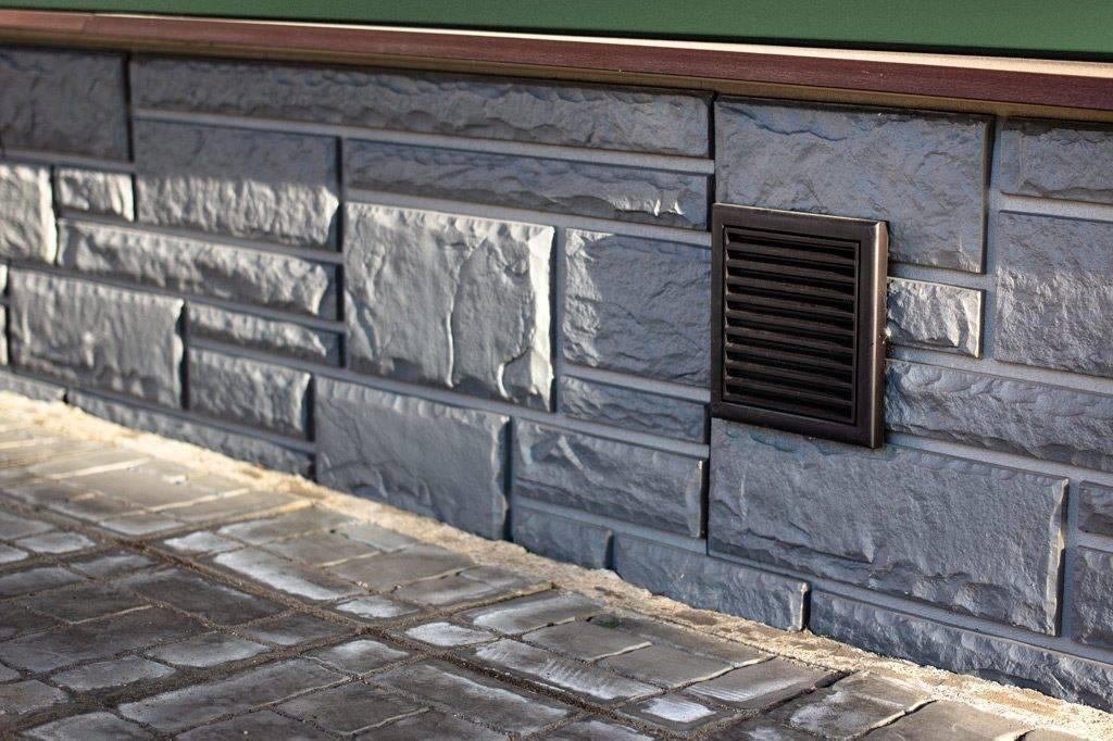 Особенности облицовки фасада дома пластиковыми панелями под камень