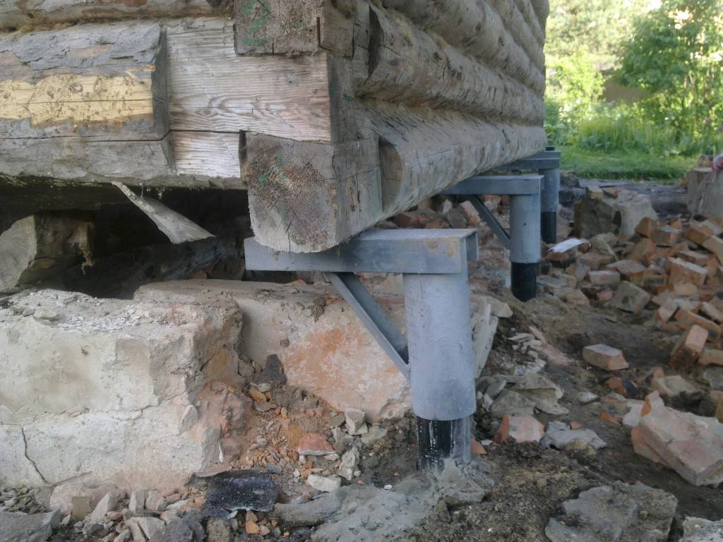 Пошаговый процесс замены старого фундамента на новый под деревянным домом