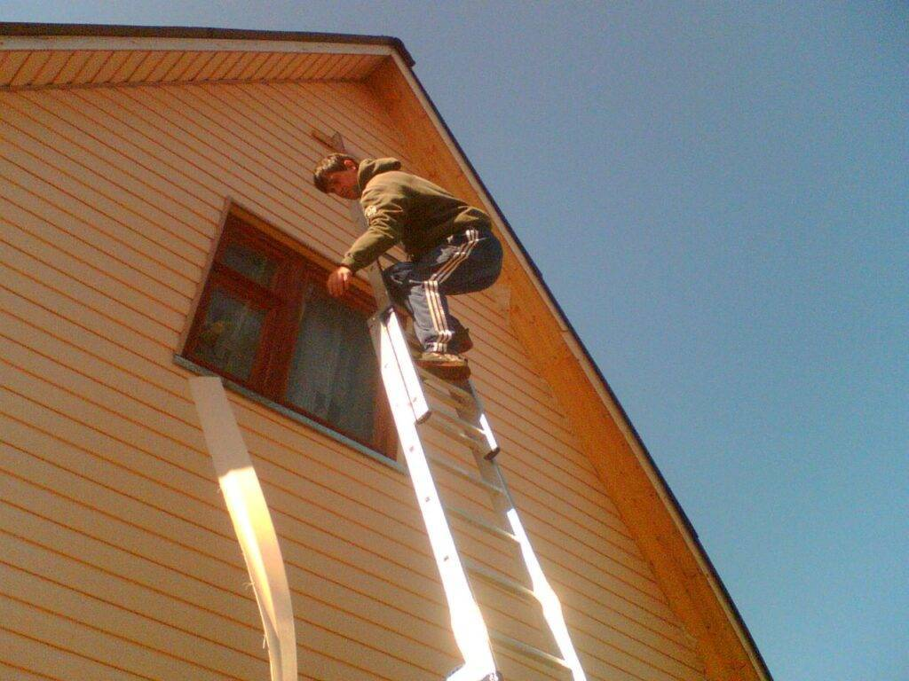 Отделка фронтона сайдингом – повышаем эффективность жилища своими руками