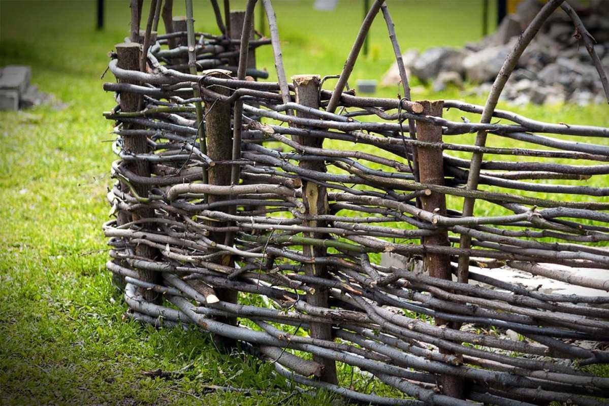 Плетеный забор — украшение и защита любого участка