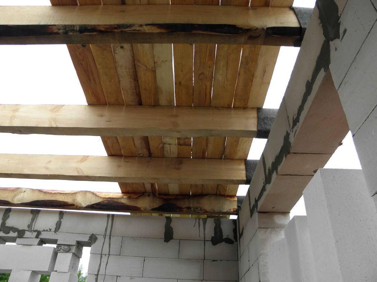 Как сделать черновой потолок по деревянным балкам?