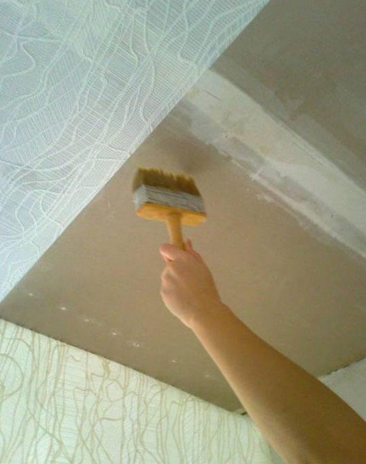 Можно ли клеить потолочную плитку на побелку — как приклеить, наклеить, поклеить плитку на потолок на побелку, как клеить, чем обработать потолок перед поклейкой, каким клеем клеить