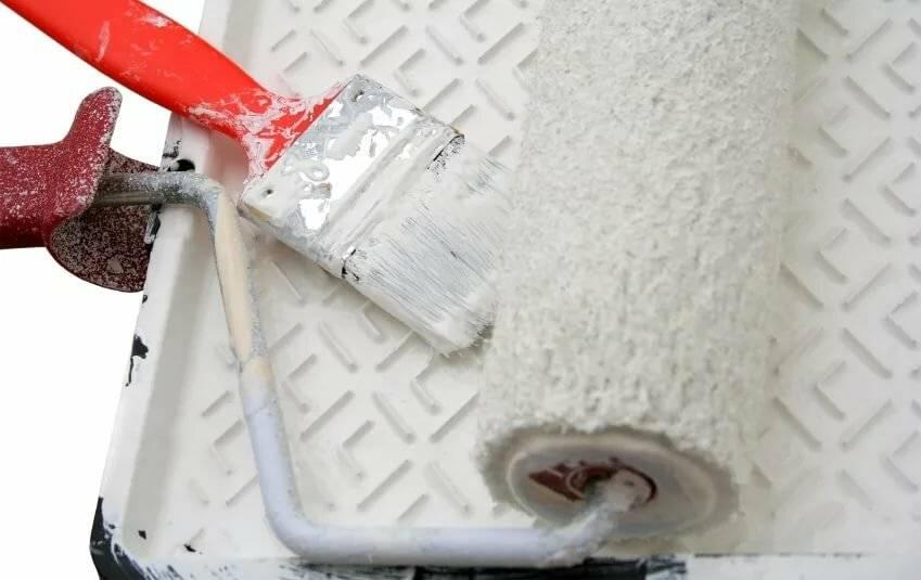 Акриловая краска для потолка: характеристика, преимущества, как выбрать, как покрасить и подготовить поверхность