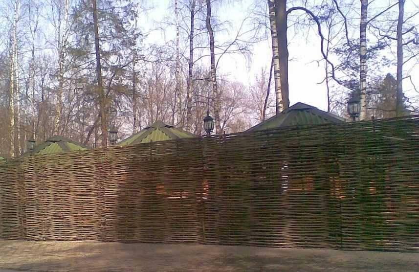 Плетёный забор из веток и досок своими руками