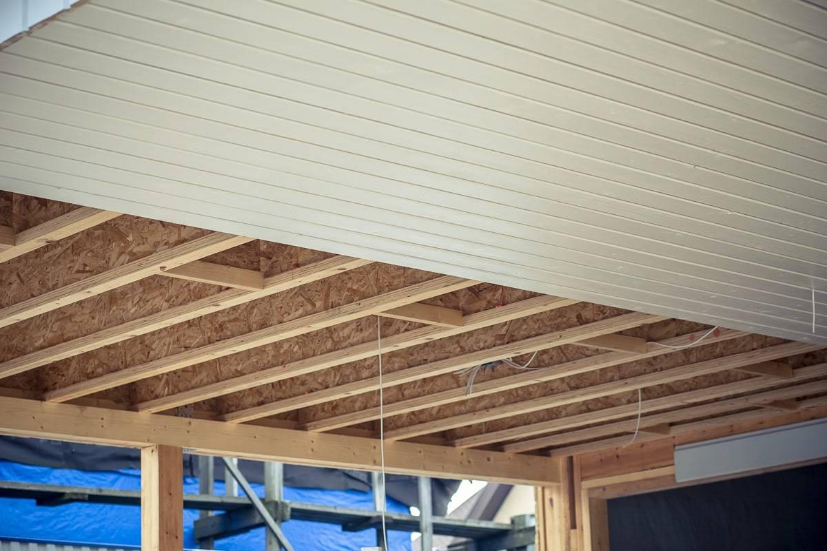 Как подшить потолок фанерой: рекомендации