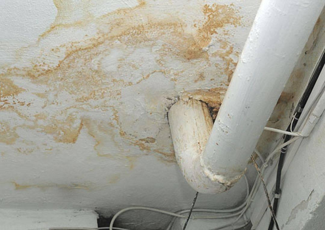 Ремонт потолка своими руками после протечки и стоимость работ при затоплении