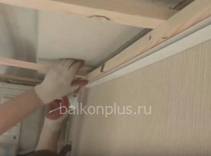 Как закрепить и обшить панелями ПВХ балконный потолок своими руками