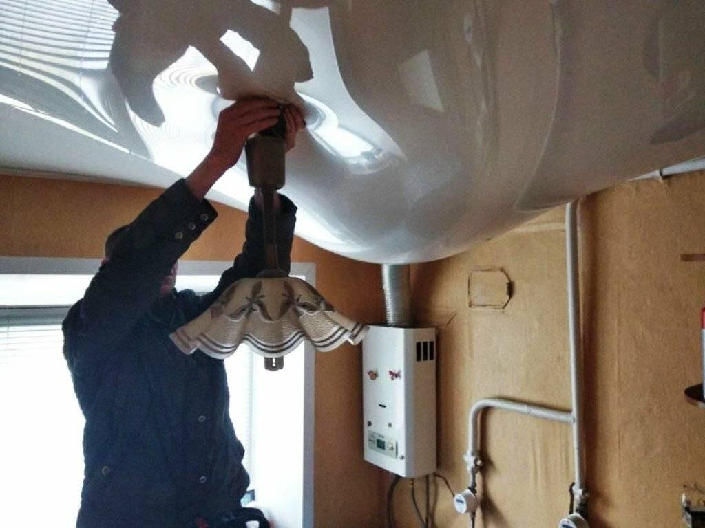 Как слить воду с натяжного потолка, убираем воду после затопления