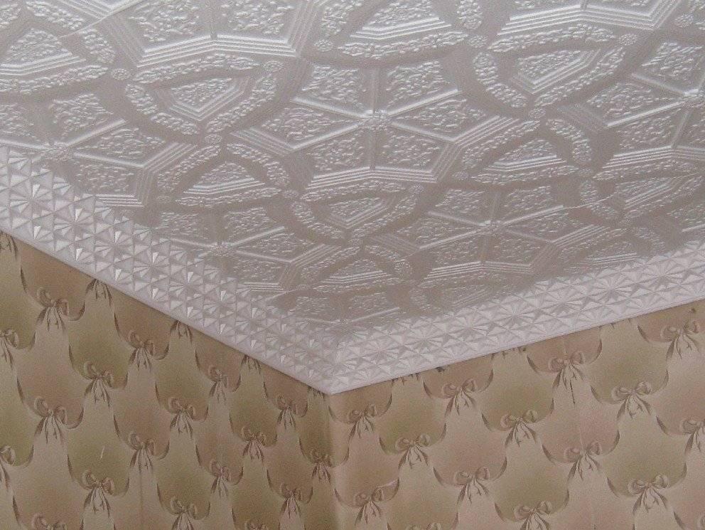 Потолочные плиты из пенополистирола: виды, чем клеить +50 фото