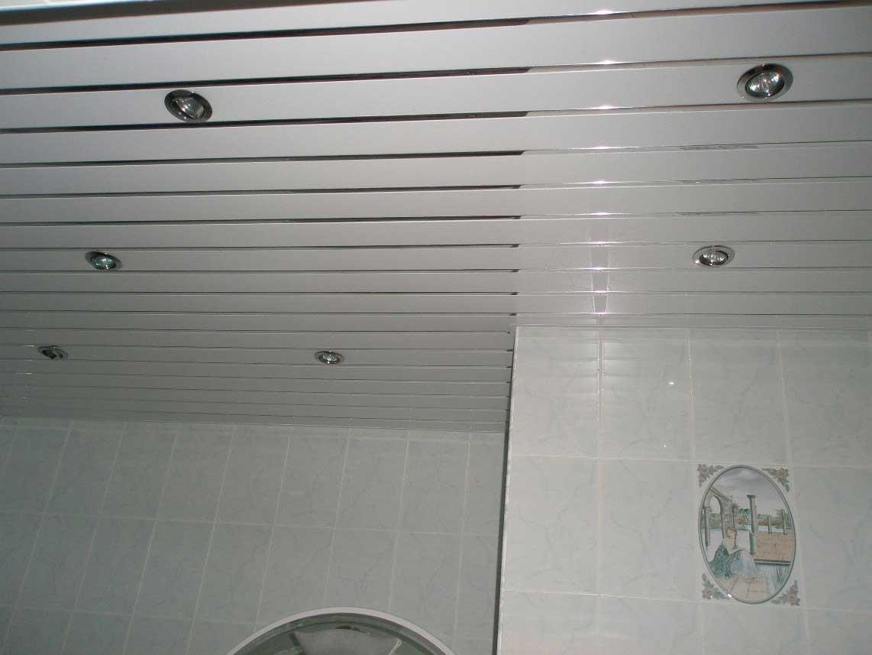 Потолок в ванной из пластиковых панелей: монтаж в 3 шага
