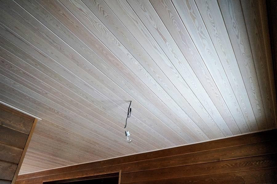 Как обновить вагонку: обработка обшитых стен, реставрация старых покрытых лаком панелей в комнате, внутри дома и особенности процесса на даче, в бане, в парилке