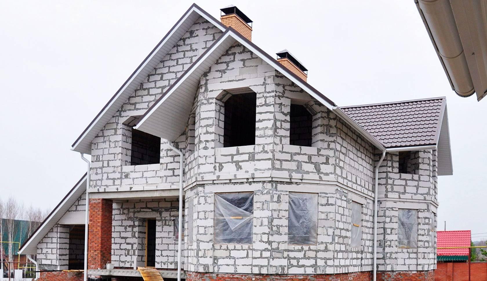Какому материалу отдать предпочтение при постройки дома: брус или пеноблок – что лучше?