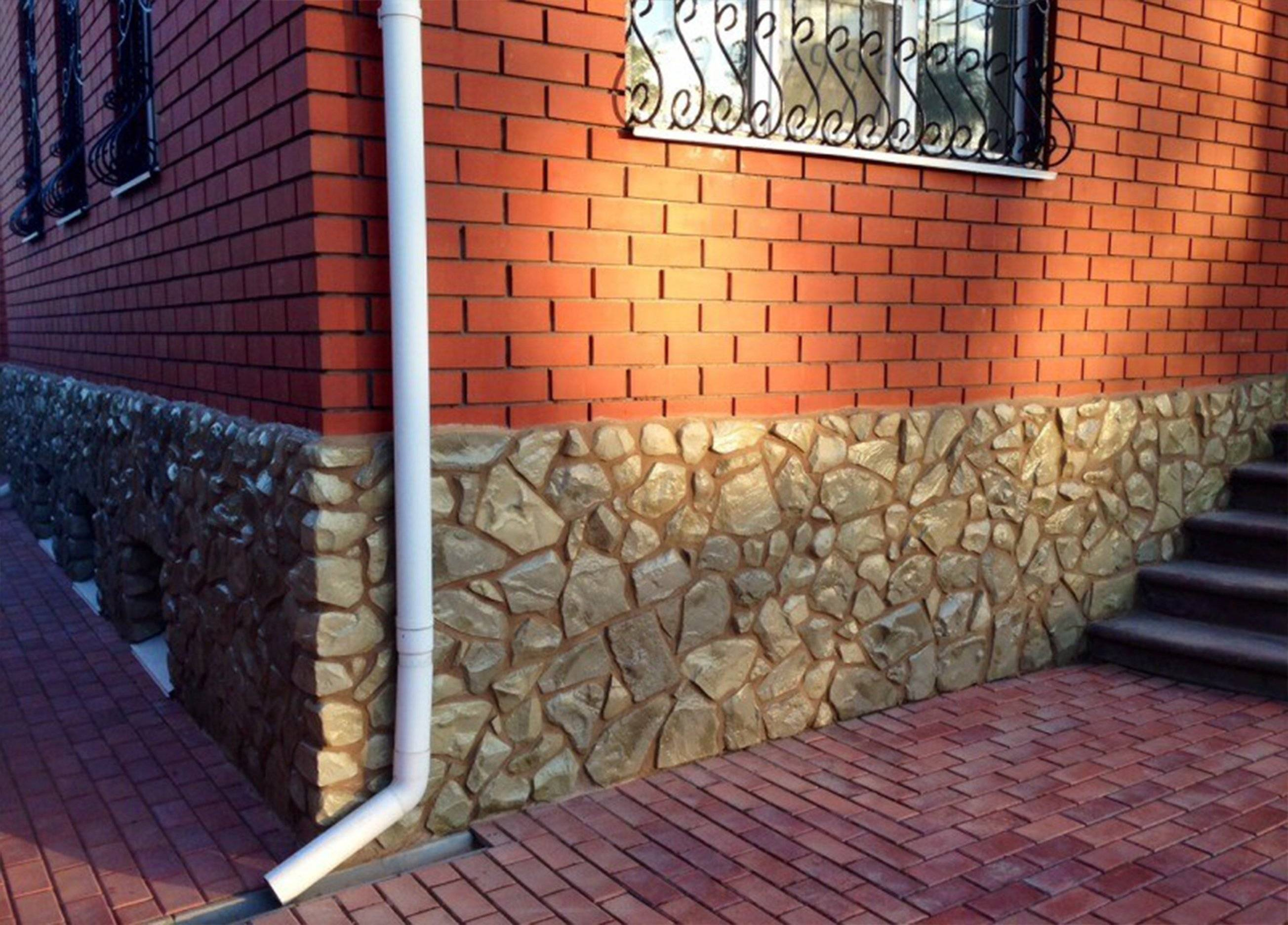 Облицовка цоколя дома искусственным камнем и фасада