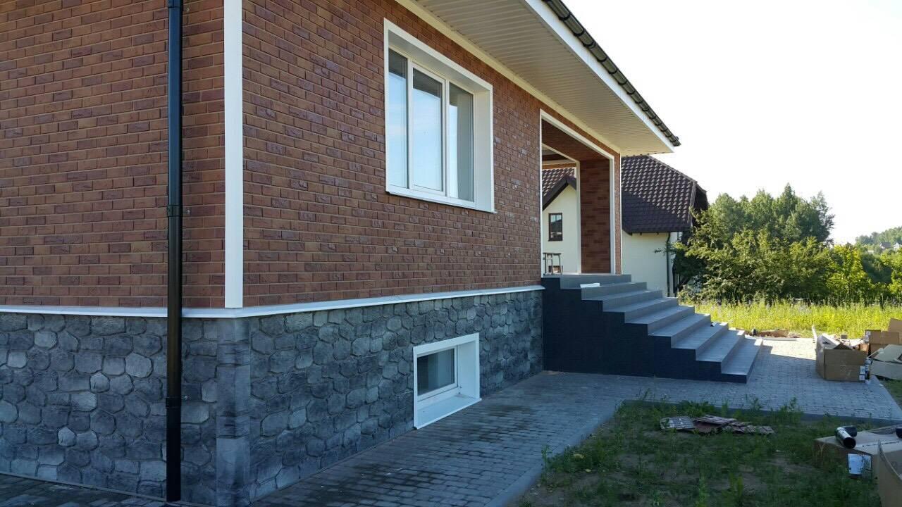 Отделка загородного дома цокольным сайдингом под камень