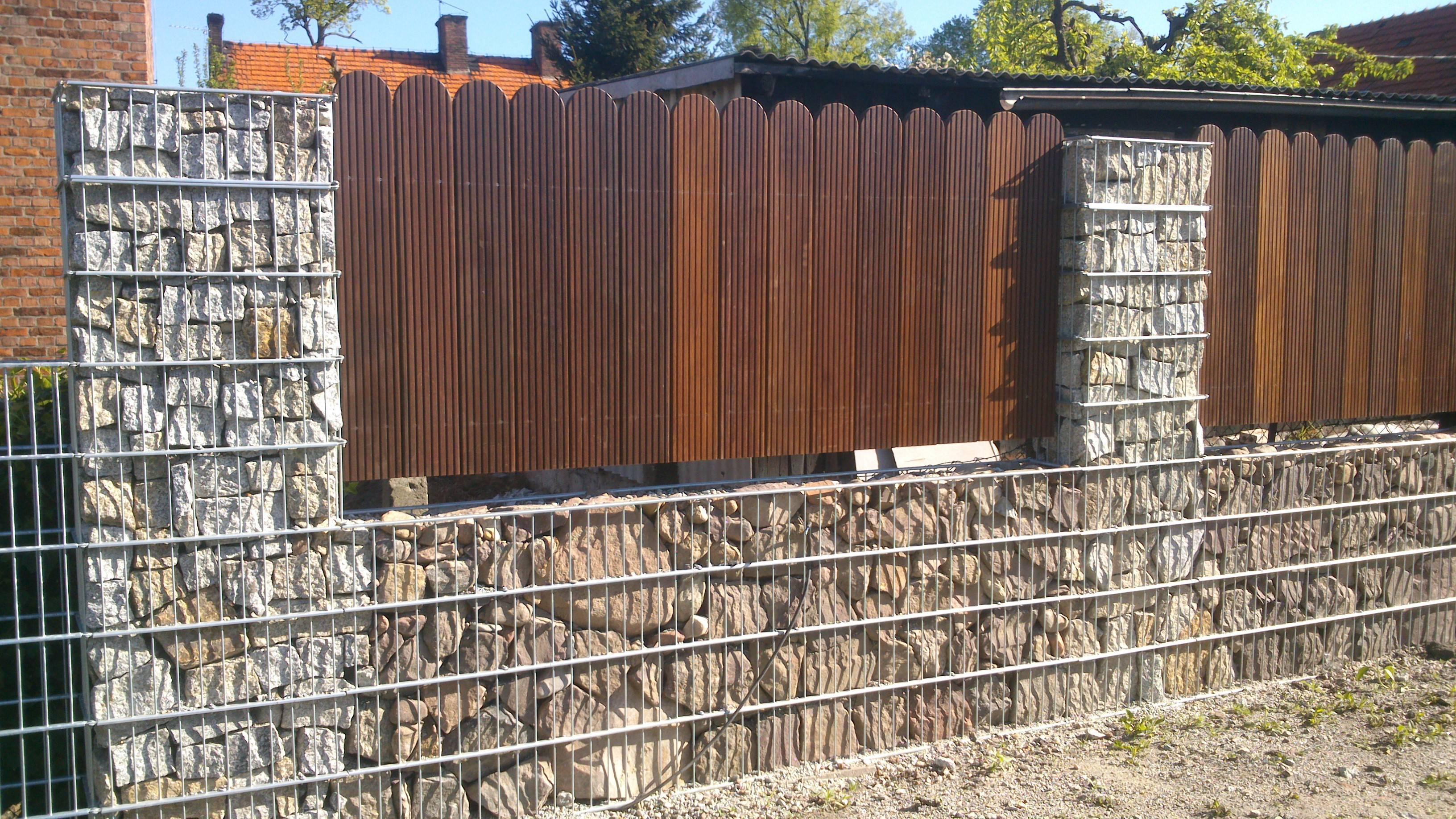 Дизайн калиток, ворот и забора частного дома, металлические кованые ограждения, дерево и профнастил в дизайне участка, 50 фото-идей