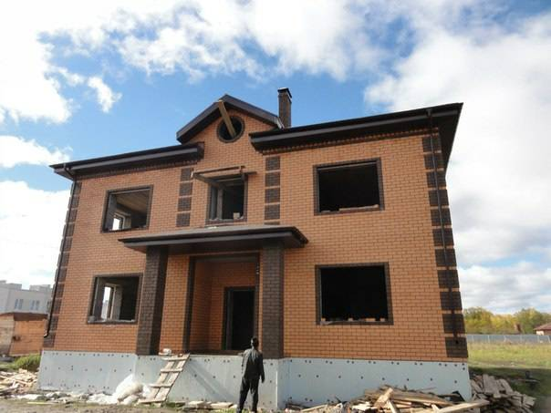 Фасад дома из темного кирпича. постройка домов из кирпича цвета «солома» и «шоколад