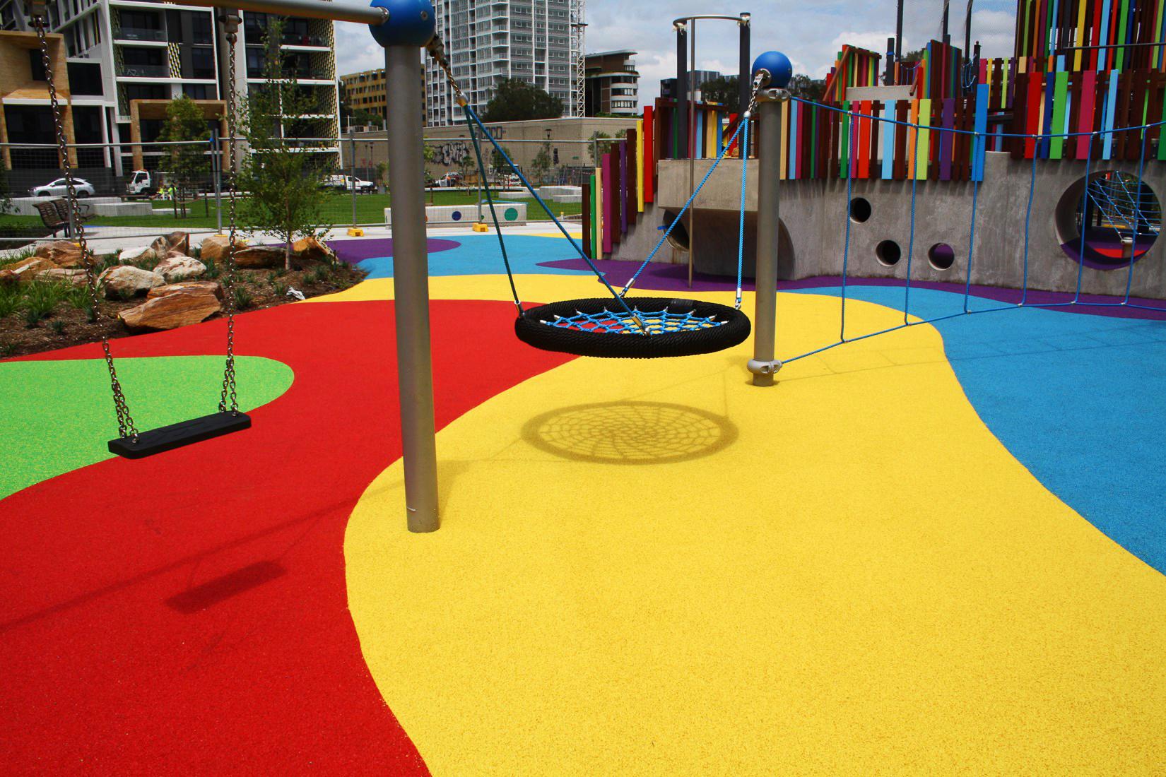 Резиновое покрытие для детских площадок: особенности моделей из крошки в рулонах, прорезиненных матов и бесшовного настила