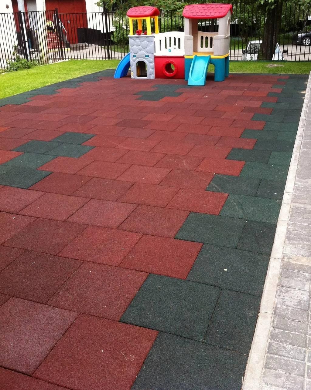 Резиновое покрытие для детских площадок: бесшовное, плиты, руллоное