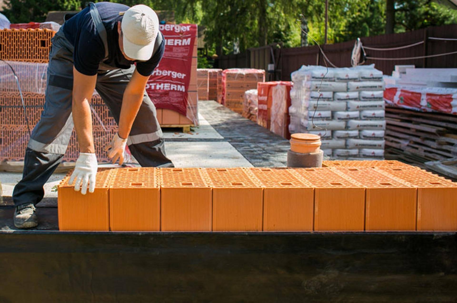 Строительство частного дома из поризованного кирпича – есть ли смысл