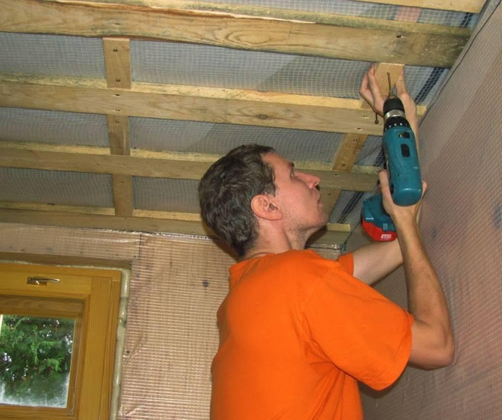 Как выровнять потолок в деревянном доме частном своими руками и способы